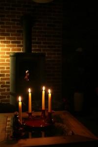 Kerzen und Kamin (Foto: Luedi /pixelio.de)