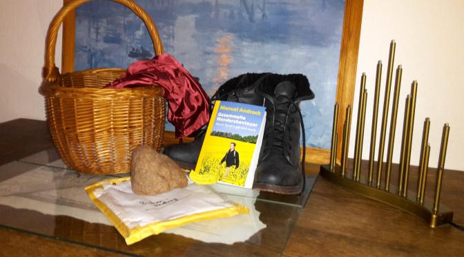 Wander-Buch, Picknickkorb und Wanderschuhe