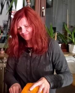 Rita schnitzt einen Halloween Kürbis