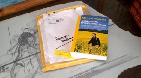 """Ausgepackte Büchersendung: """"Gesammelte Wanderabenteuer"""" von Manuel Andrack."""