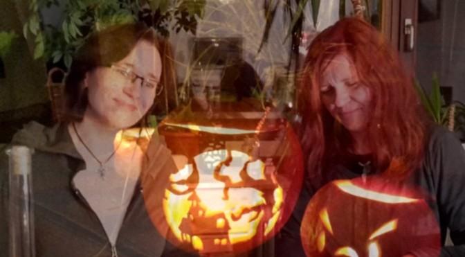 zwei Hexen an Halloween