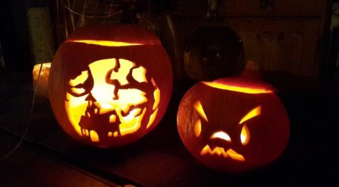 zwei leuchtende Halloween Kürbisse