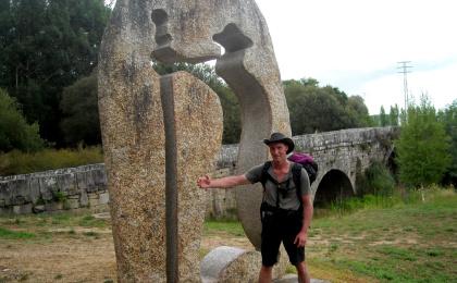 Auf dem Jakobsweg: Klaus am Pilgerdenkmal an der Ponte da Veiga