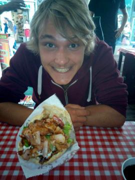 Niklas beim Abendessen nach einem langen Pilger-Tag