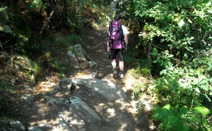 Erschöpfung auf dem Jakobsweg - Pilgern bei Hitze, mit schwerem Rucksack und bergauf