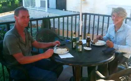 Pilger-Mahlzeit: Auch bei ihren Ansprüchen an die Verpflegung waren sich Klaus und Niklas einig.