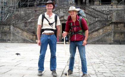 Klaus und Niklas am Ende ihrer Pilgerreise auf dem Jakobsweg vor der Kathedrale in Santiago de Compostela.