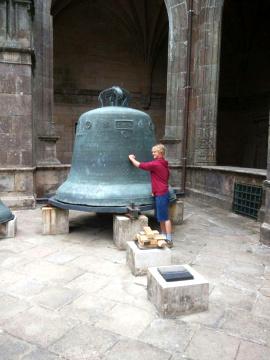 Am Ende seiner Pilgerreise auf dem Jakobsweg klopft Niklas im Innenhof der Kathedrale in Santiago de Compostela an eine große Glocke.